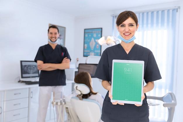 Mockup del dentista con il ridurre in pani