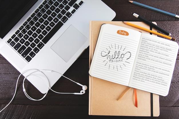 Mockup del diario con il computer portatile
