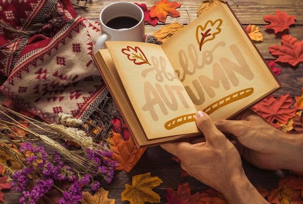 Mockup del libro aperto con il concetto di autunno