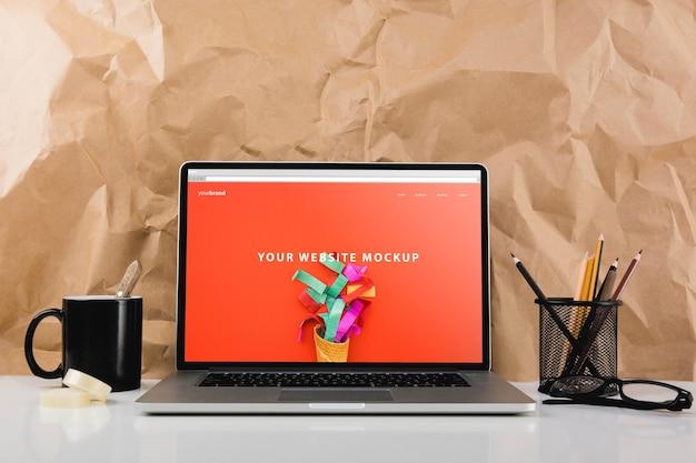Mockup del sito web con il computer portatile sulla scrivania