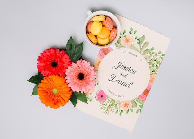 Mockup dell'invito di cerimonia nuziale con il concetto floreale