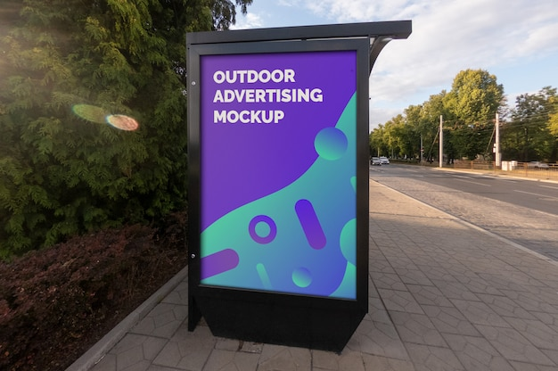Mockup della pubblicità esterna della bandiera del manifesto della città della via nello stand verticale nero alla fermata dell'autobus