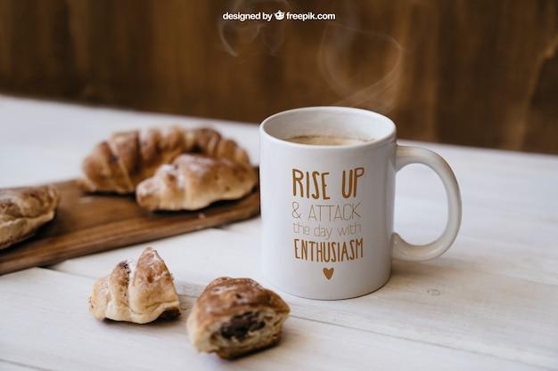 Mockup de desayuno con croissants