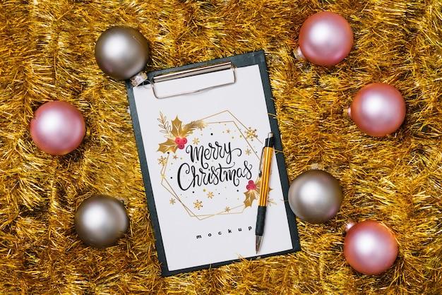 Mockup di appunti con decorazioni natalizie