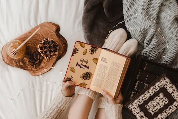 Mockup di autunno con la donna sul letto
