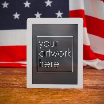 Mockup di bandiera americana e tavoletta digitale