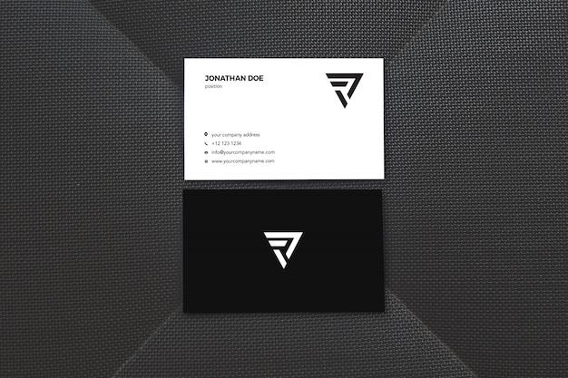 Mockup di biglietti da visita verticali di superficie nera