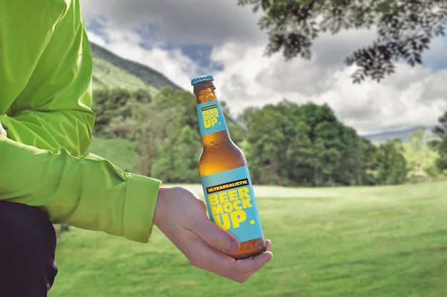 Mockup di birra di sfondo di montagna