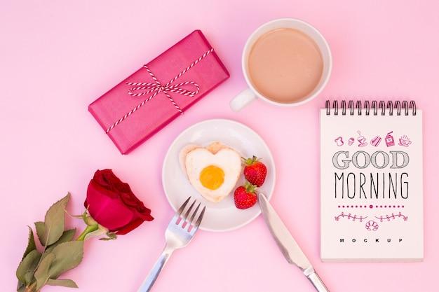 Mockup di blocco note con colazione di san valentino