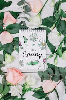 Mockup di blocco note laici piatto con il concetto di primavera