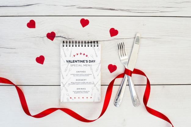Mockup di blocco note per il menu di san valentino