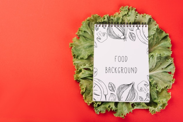 Mockup di blocco note su insalata