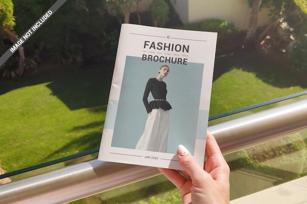 Mockup di brochure con mano a5