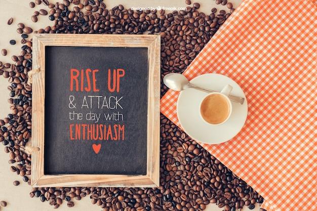 Mockup di caffè con ardesia e stoffa