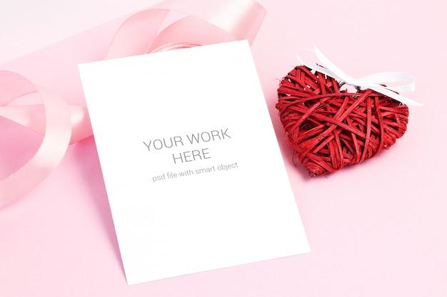 Mockup di carta con cuore rosso e nastro