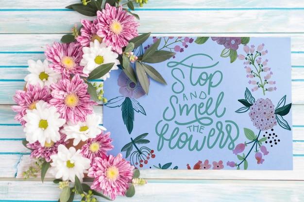 Mockup di carta con decorazione floreale