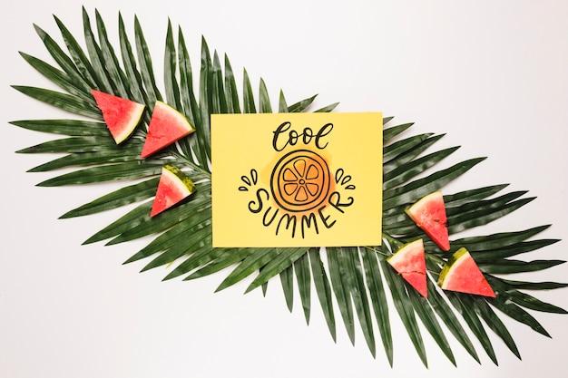 Mockup di carta di carta piatto laico con frutti estivi