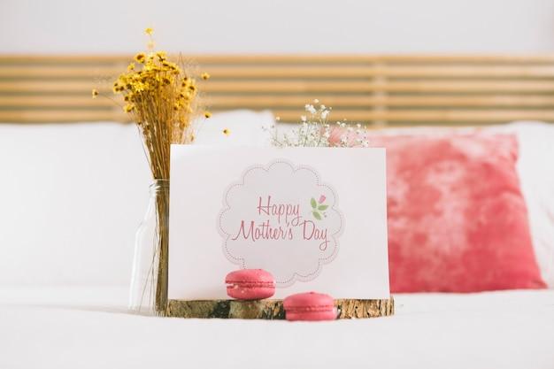 Mockup di carta di giorno di madri con fiori