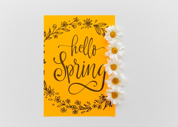 Mockup di carta gialla con fiori di primavera
