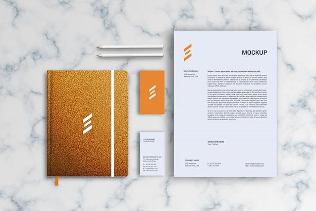 Mockup di carta intestata, biglietti da visita e notebook in pelle