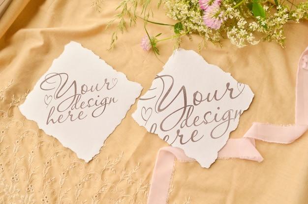 Mockup di carta invito matrimonio. fiori e nastro intorno