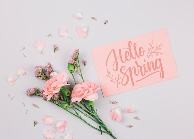 Mockup di carta piatto laico con il concetto di primavera