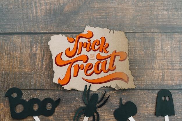 Mockup di carta strappata con il concetto di halloween e gli elementi sul fondo