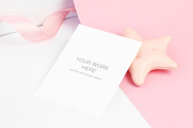 Mockup di carta su carta rosa