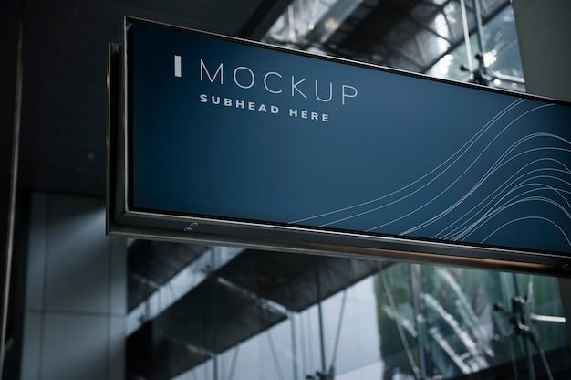 Mockup di cartello blu in un centro commerciale