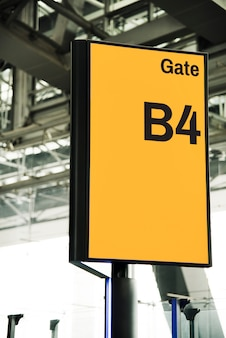Mockup di cartello cancello giallo all'aeroporto