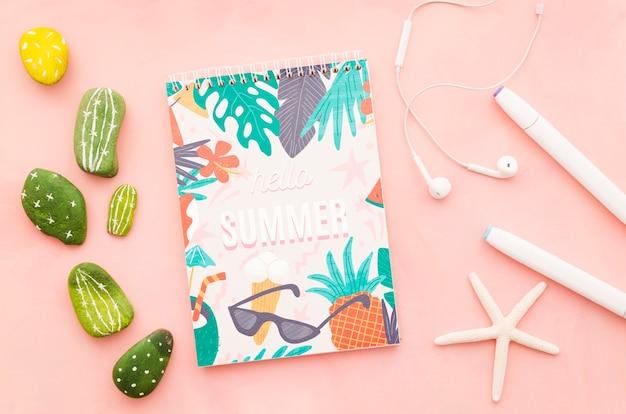 Mockup di copertina piatta blocco note per concetti estivi