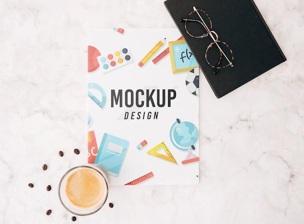 Mockup di copertina piatta sullo spazio di lavoro