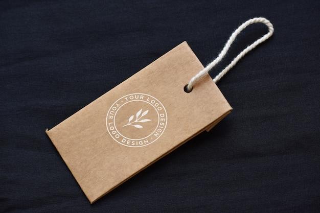 Mockup di design logo marrone tag abbigliamento cachi per il marchio