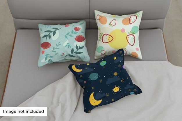 Mockup di diversi cuscini nel letto