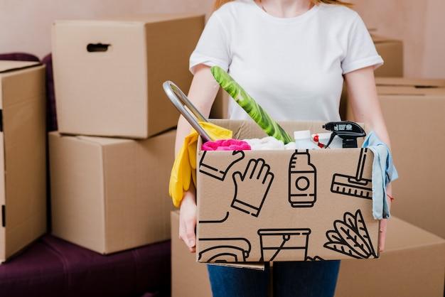 Mockup di donna con scatole di cartone