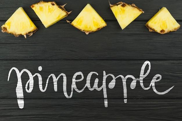 Mockup di estate piatta laici con copyspace e ananas