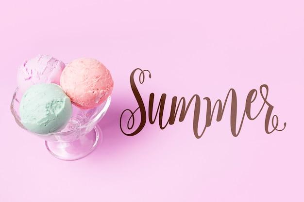 Mockup di estate piatta laici con copyspace e gelato