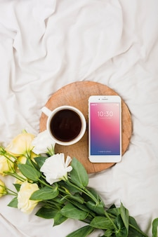 Mockup di fiori di peonia con caffè e smartphone
