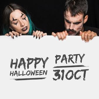 Mockup di halloween con scritte sul grande bordo e coppia