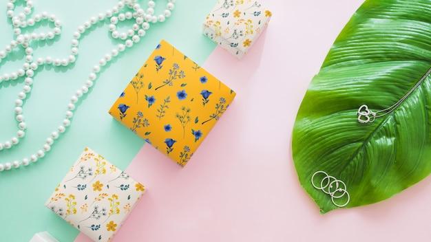 Mockup di imballaggio con gioielli e concetto di natura