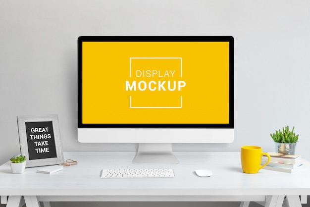 Mockup di laptop, tablet e telefono in ufficio
