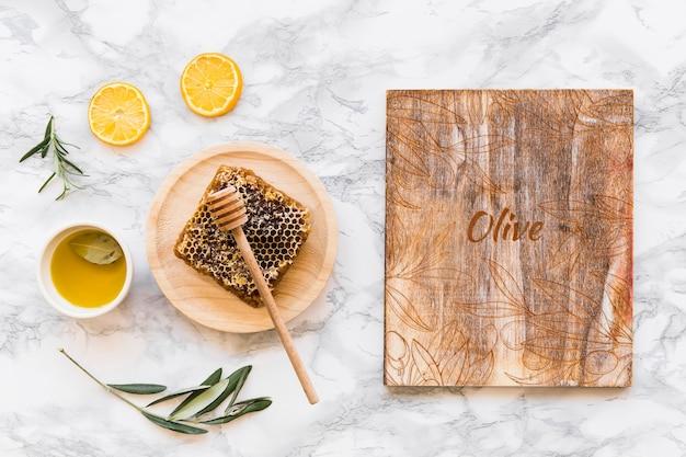 Mockup di legno con il concetto di olio d'oliva