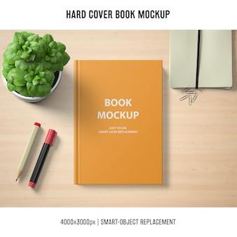 Mockup di libro con copertina rigida con basilico