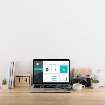 Mockup di marketing digitale con laptop