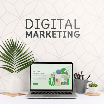 Mockup di marketing digitale con laptop