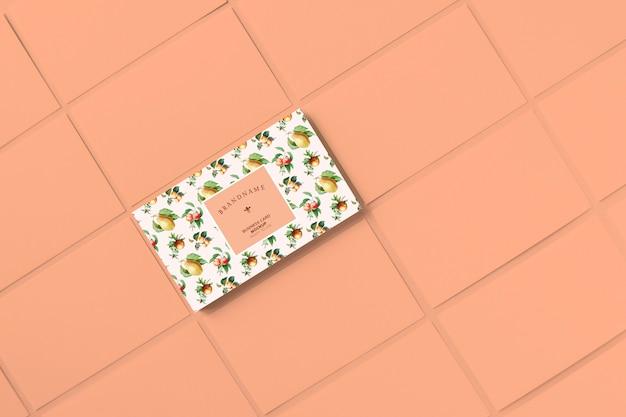 Mockup di modello di biglietto da visita di frutti dell'annata