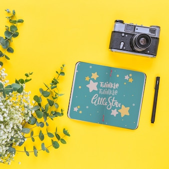 Mockup di notebook con decorazione floreale per matrimonio o preventivo