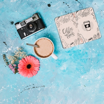 Mockup di notebook con il concetto di primavera