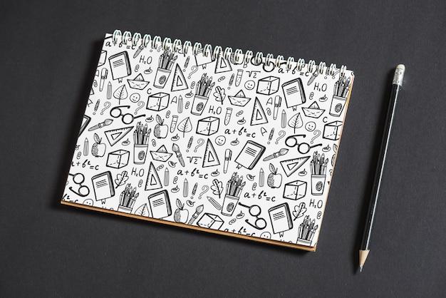 Mockup di notebook con il ritorno al concetto di scuola