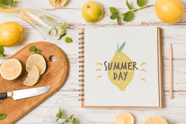 Mockup di notebook con limoni per drink estivo